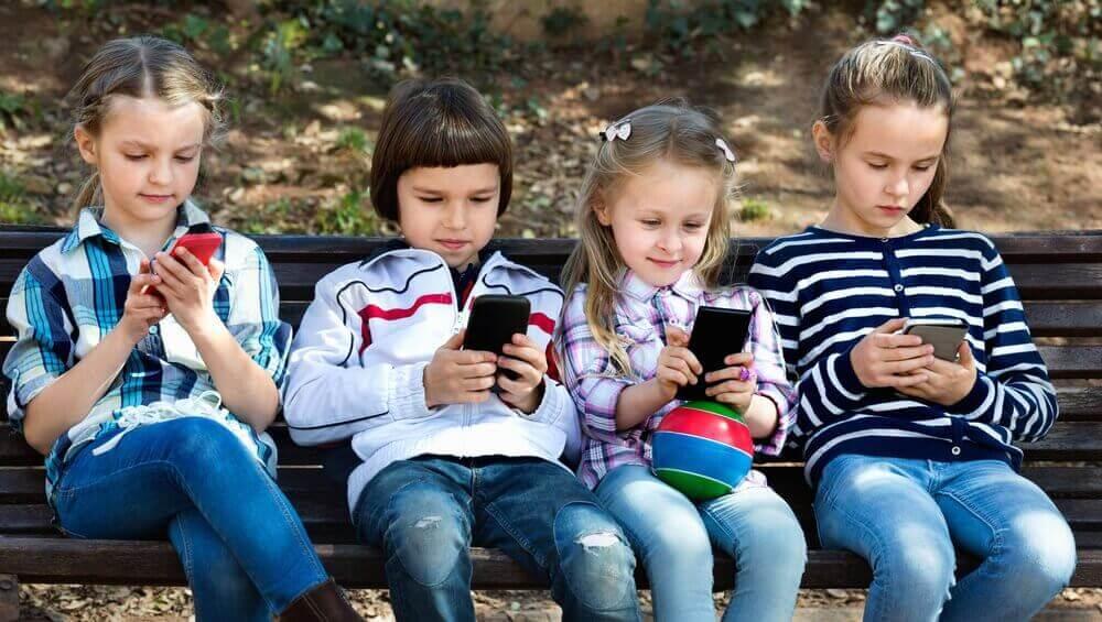 telefonlarına bakan çocuklar
