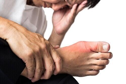 ayağı ağrıyan adam