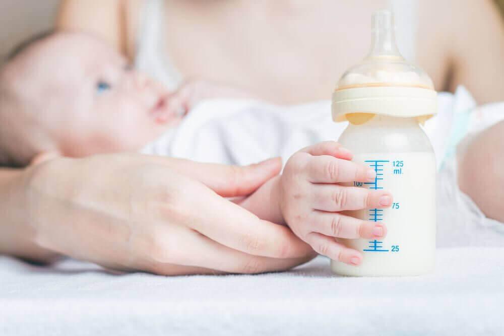 biberon tutan bebek