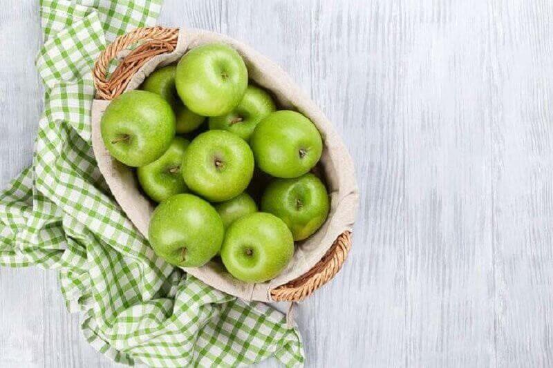 bir sepet yeşil elma