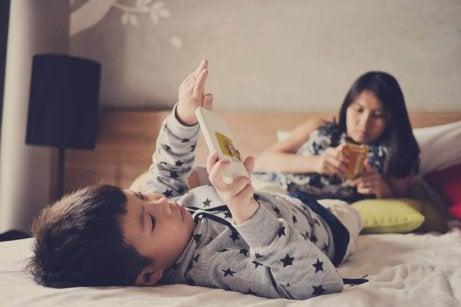 çocuk yatakta tablet