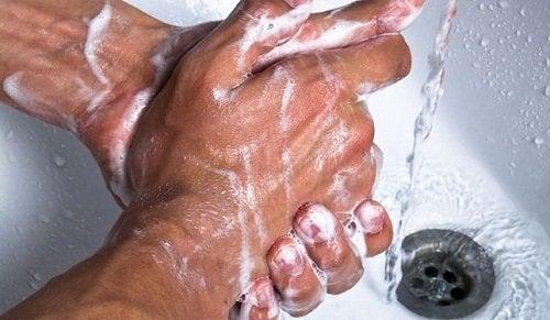 elleri sabun ile yıkamak