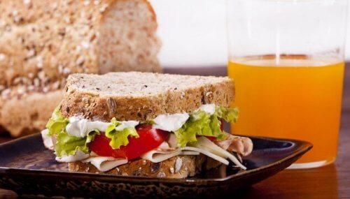 hindili sandviç ve portakal suyu