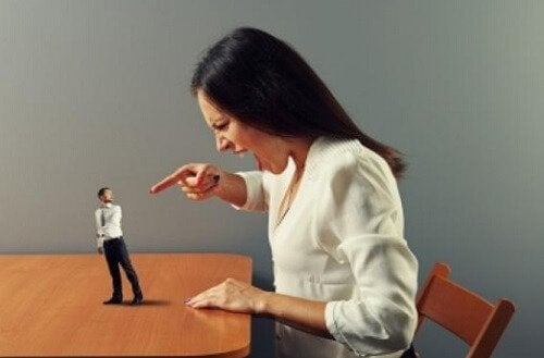 kadın adama bağırıyor