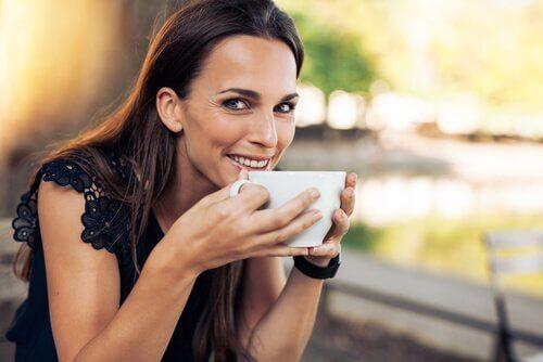 kadın çay içiyor