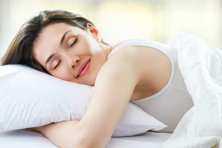 kadın güzel uyuyor