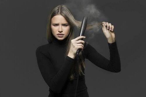 Saçlarınızı Düzleştirici Olmadan Doğal Şekilde Düzleştirmenin Dört Yolu