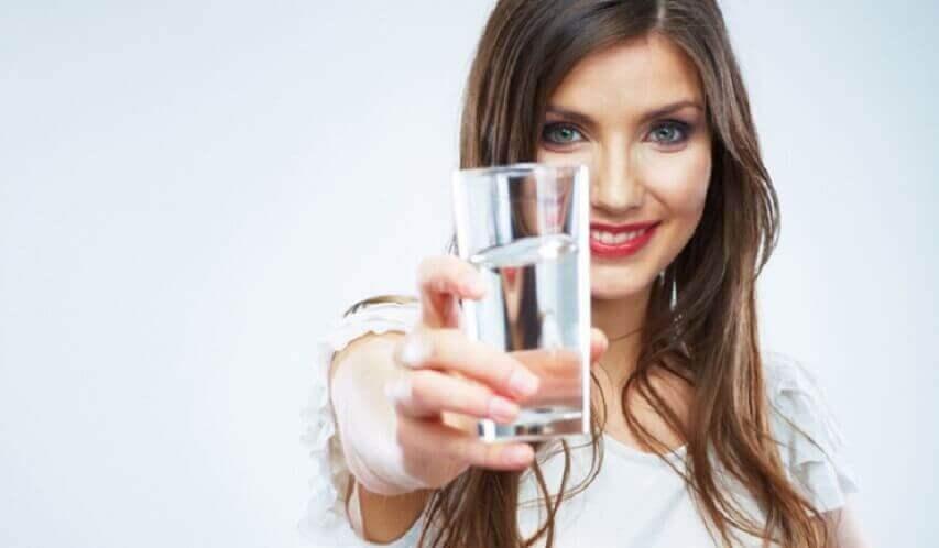 kadın bir bardak su veriyor