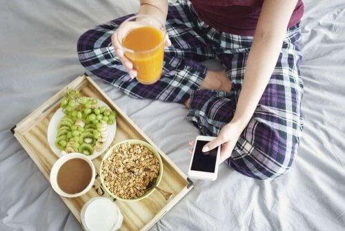 kadın yatak kahvaltısı