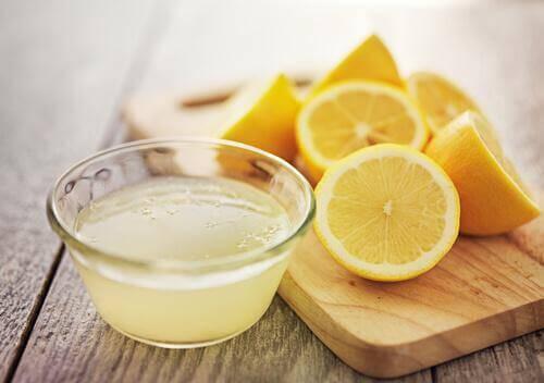 kesilmiş limon ve su