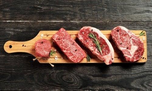 tahtada kırmızı et parçaları
