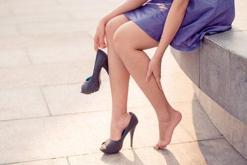 kadının ayağı acıyor