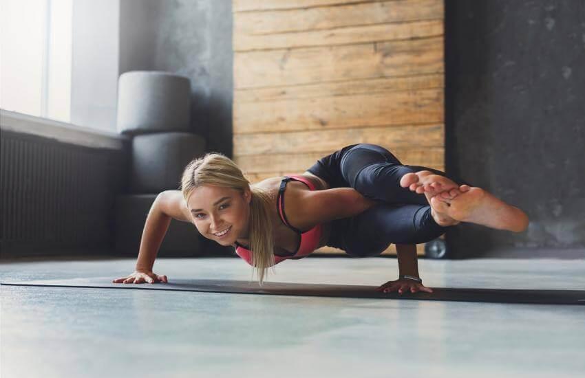 yoga pozisyonunda kadın