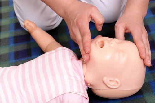 bebeğin başını geriye itmek