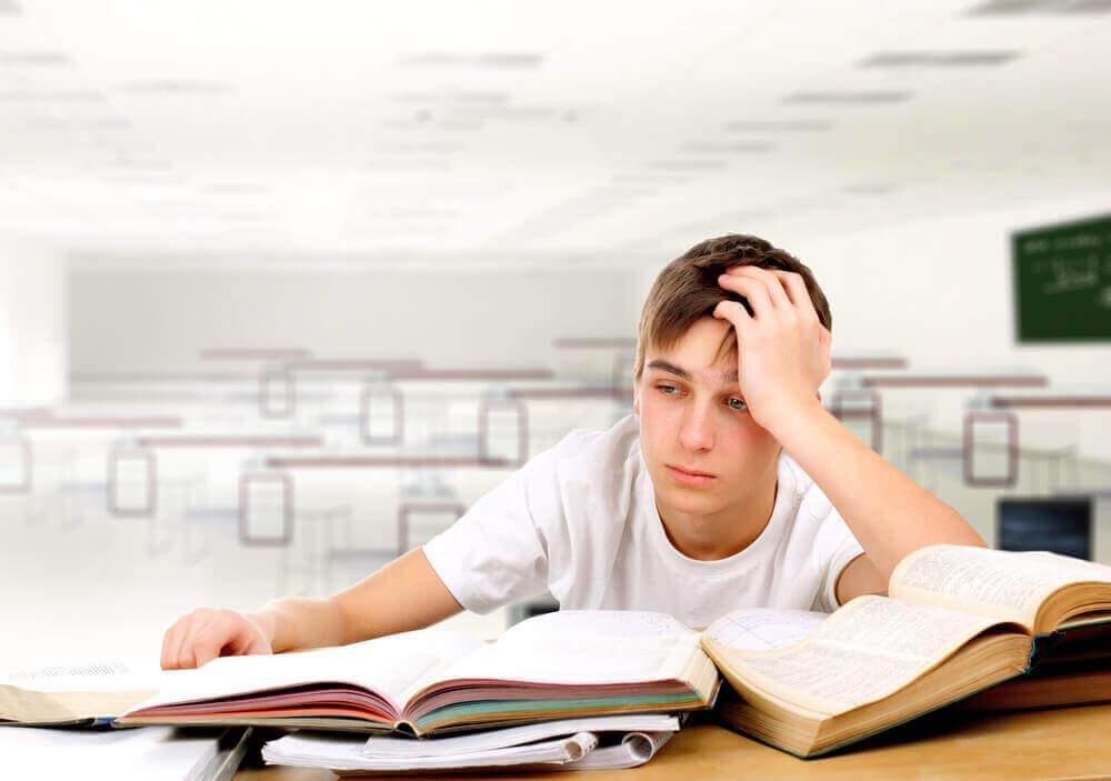 çocuk derste yorgun