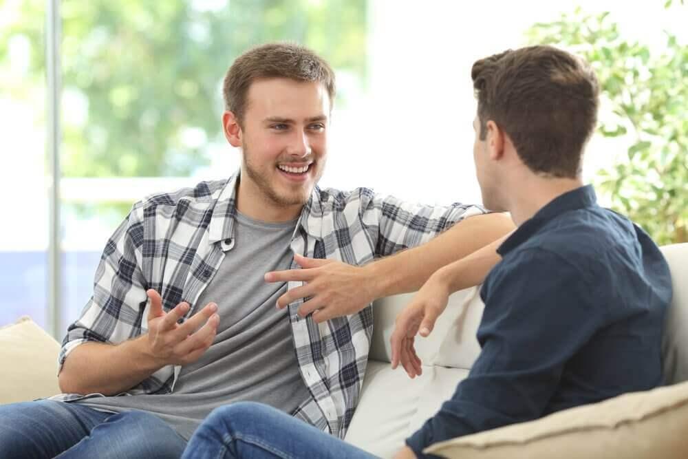 erkekler muhabbet ediyor