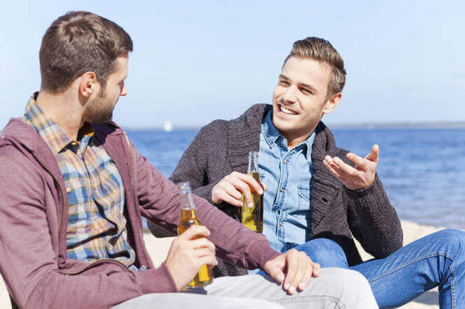 erkekler bira içiyor