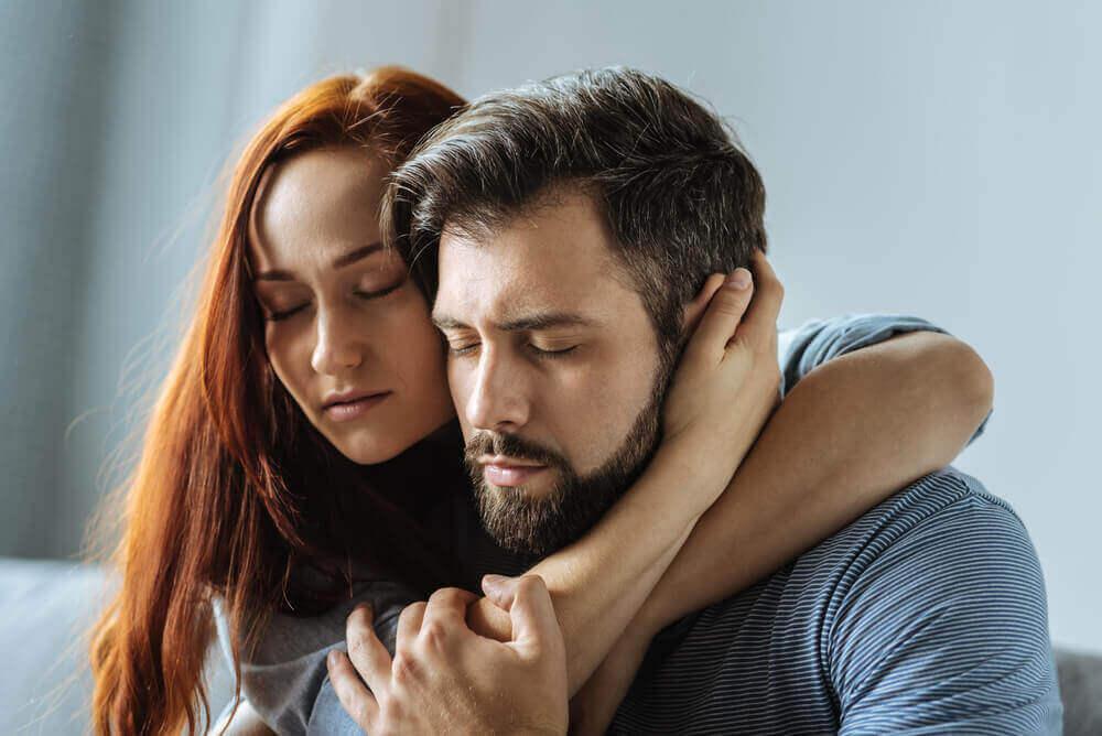 kadın ve erkek sarılmış