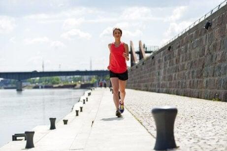 kadın su kenarında koşuyor