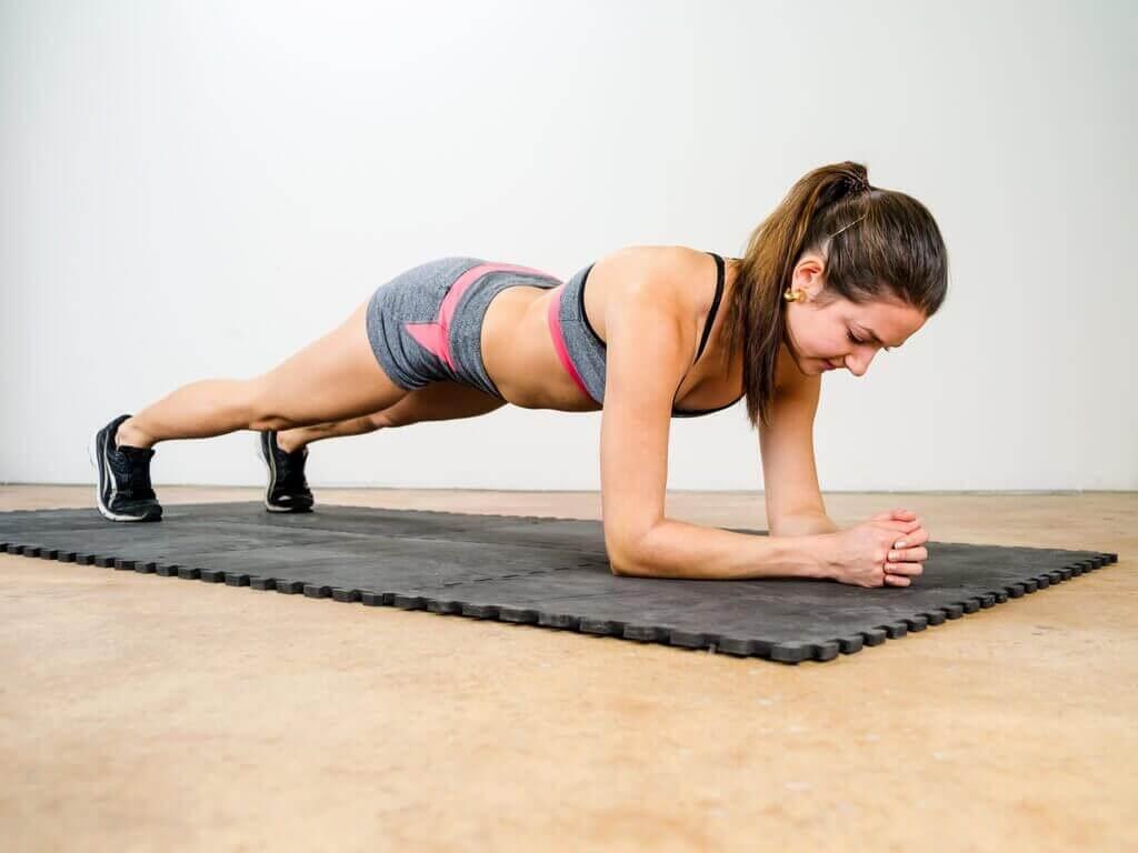 kadın plank çalışıyor