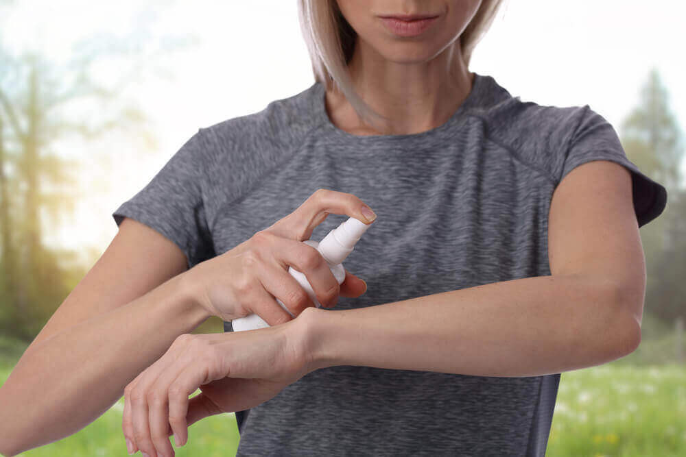 kadın koluna sprey sıkıyor