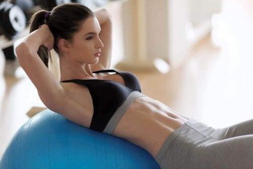 karın kası kadın pilates topu