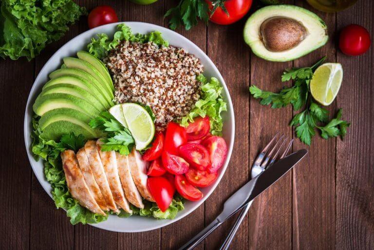 avokado tavuk ve kinoalı salata
