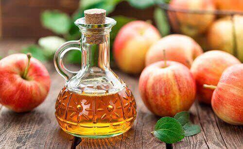 cam şişede elma sirkesi ve elmalar