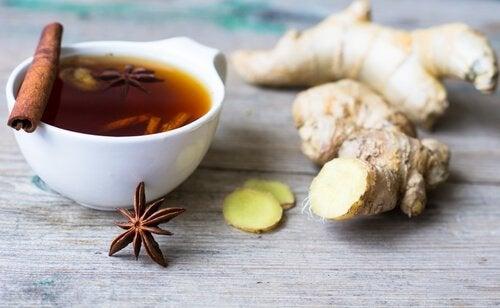 tarçın çayı ve zencefil parçası