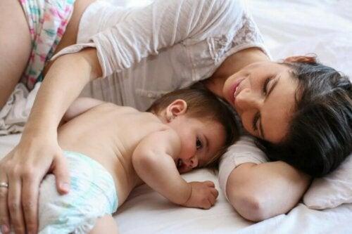 bebeğiyle uzanan anne