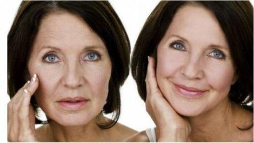 yaşlanma karşıtı krem kullanan kadın