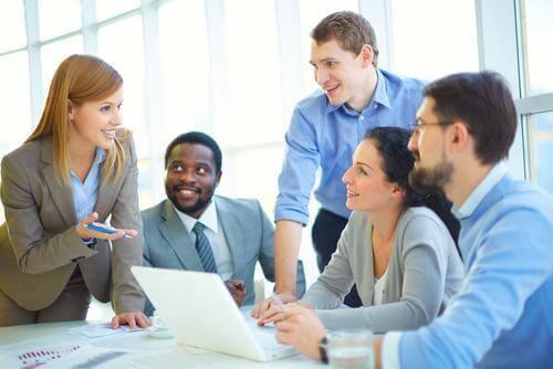 toplantı yapan çalışanlar