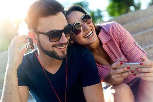 müzik dinleyen kadın ve erkek