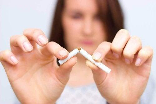 sigarayı kıran kadın