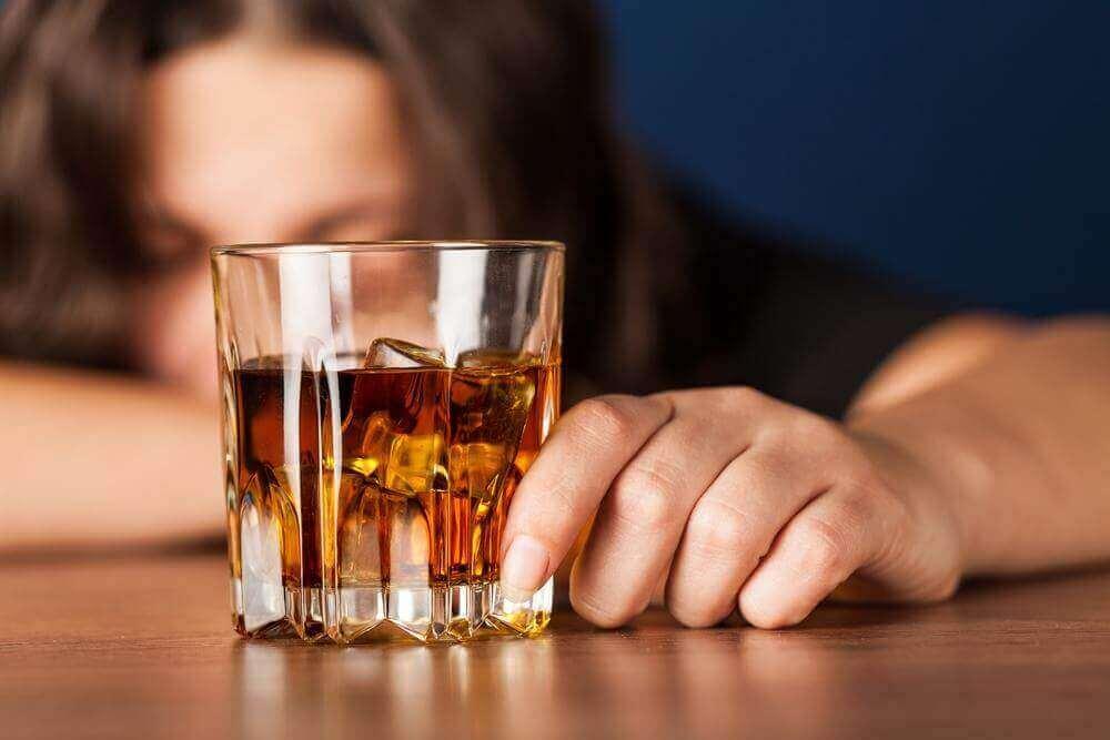 alkol bardağı tutan kadın