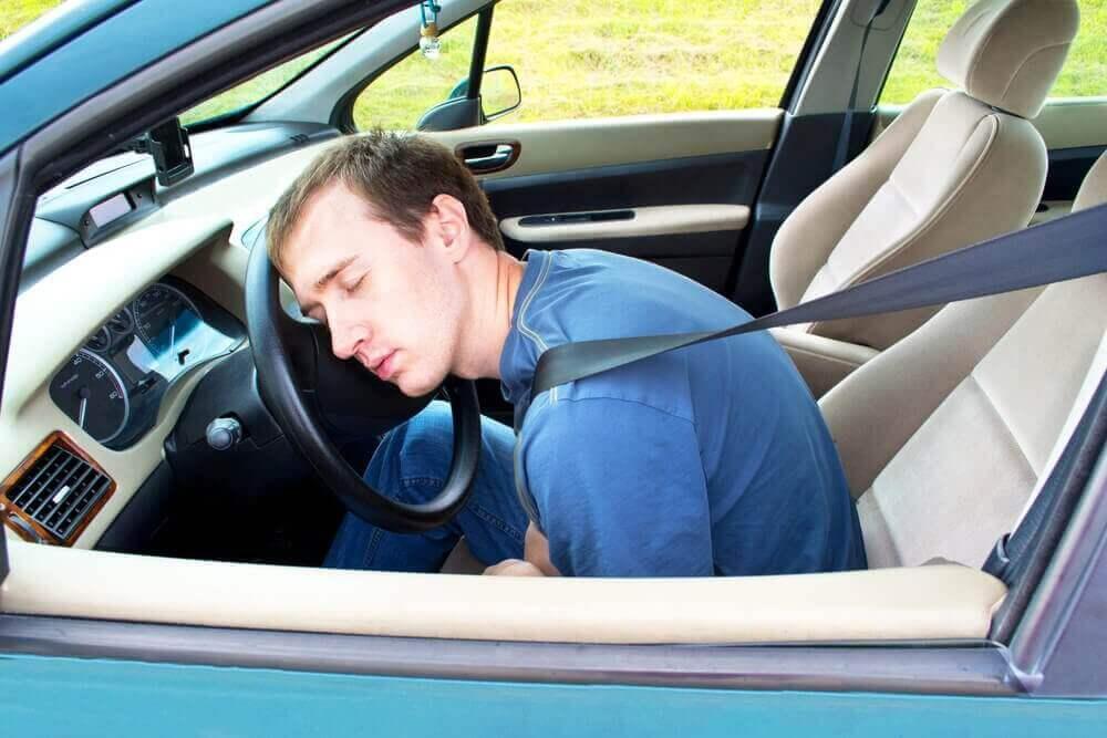 Araba Sürerken Uyanık Kalmak için 9 Öneri