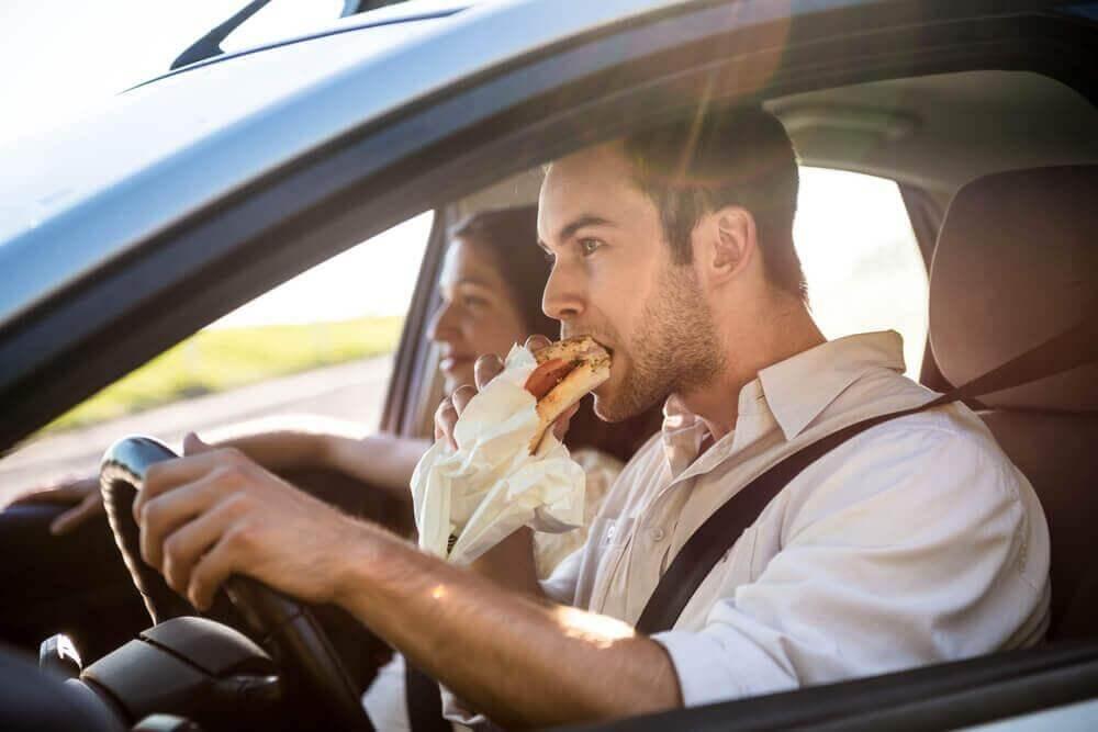 araba sürerken yemek yemek