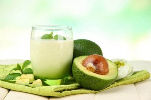 Tropikal avokadolu smoothie