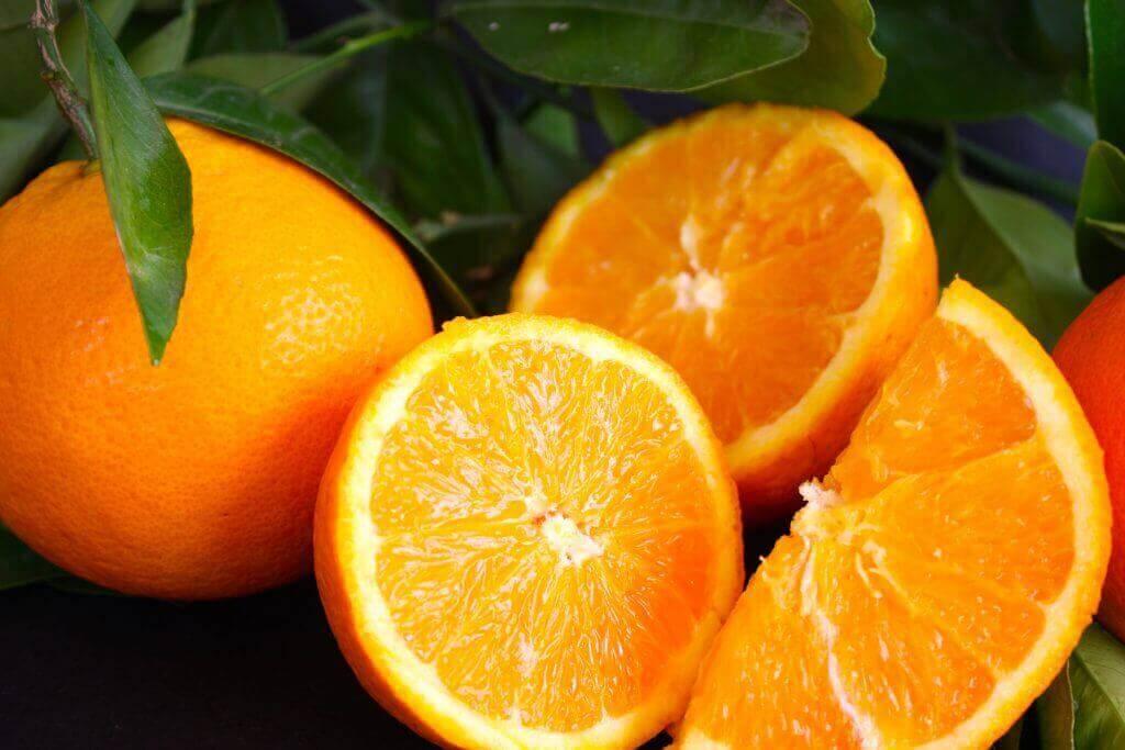 birkaç soyulmuş portakal