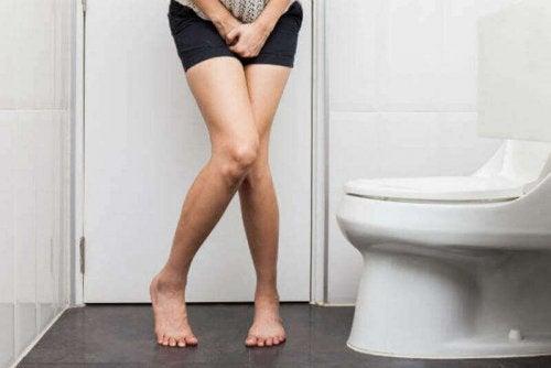idrar sıkışmış kadın tuvalet