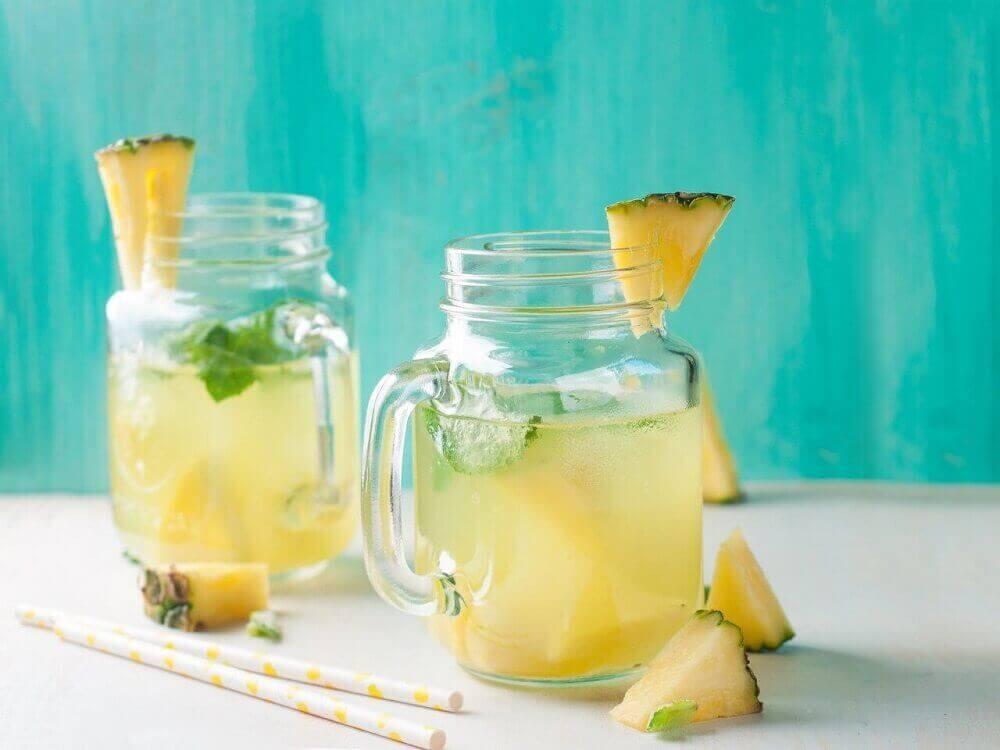 iki sürahi ananas suyu