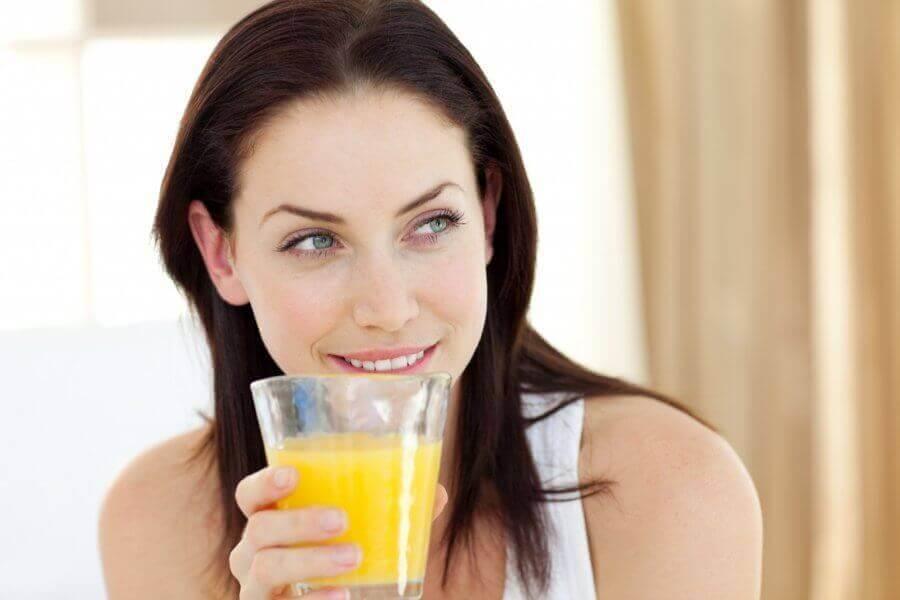 kadın ananas suyu içiyor