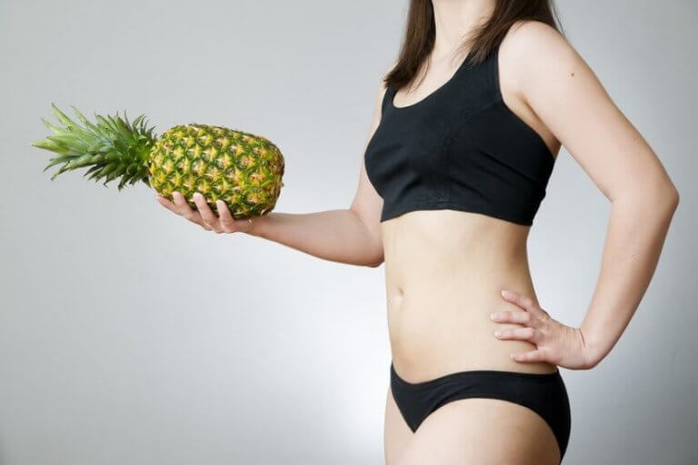 kadın ananas tutuyor