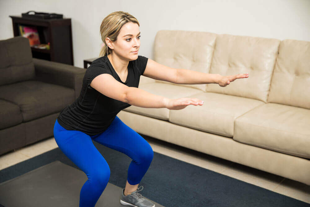 Kadın Bulgar squatı yapıyor