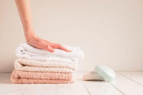 kadın havluları yıkamış