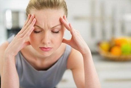 kadının başı ağrıyor