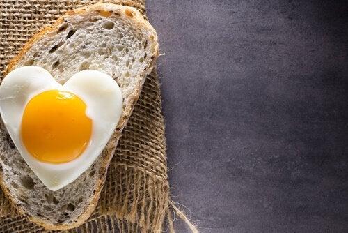 kalp yumurta bir dilim ekmek