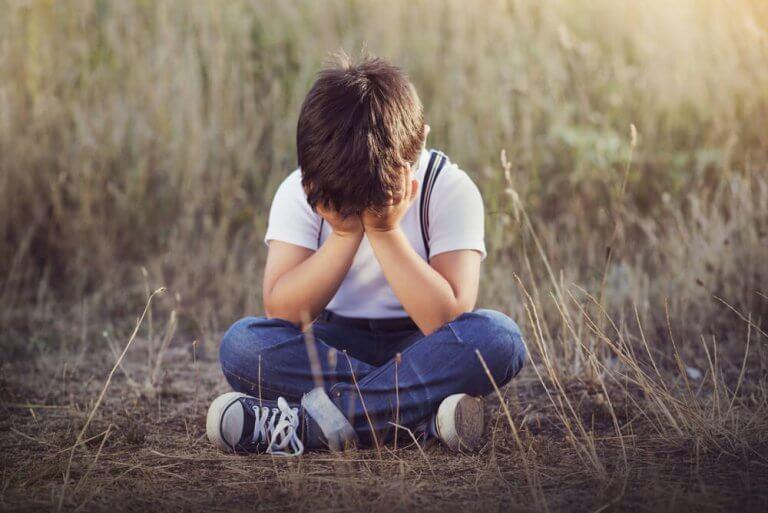 ağlayan yalnız çocuk