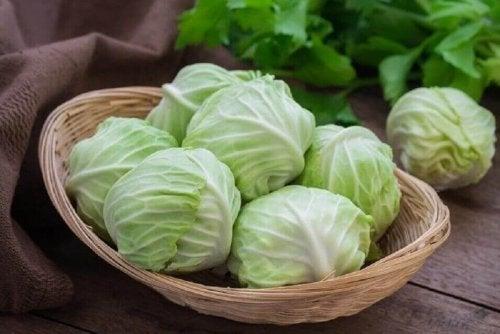 Siyatik ağrılarını azaltmak için lahana yaprağı kullanabilirsiniz.