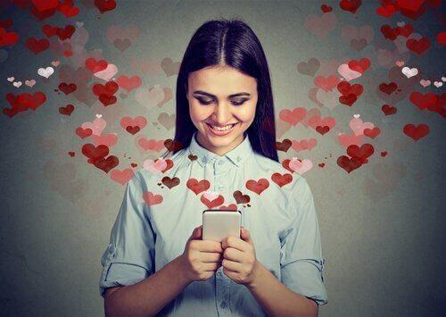 aşık kadın mesajlaşırken